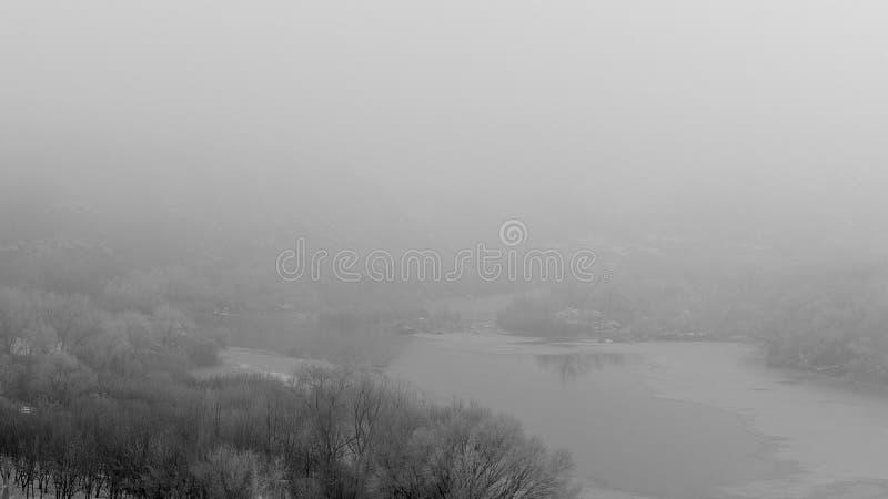 与一条河的风景在冬天 弗罗斯特雾 灌木用树冰软的焦点盖 库存图片
