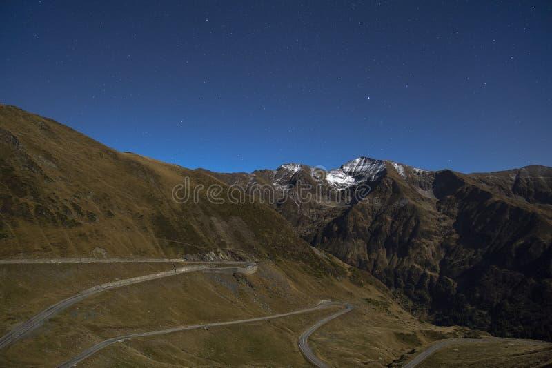 与一条路的风景与星的夜 免版税图库摄影