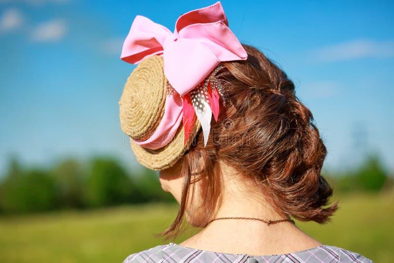 与一条辫子的美女的发型在自然本底 免版税库存照片