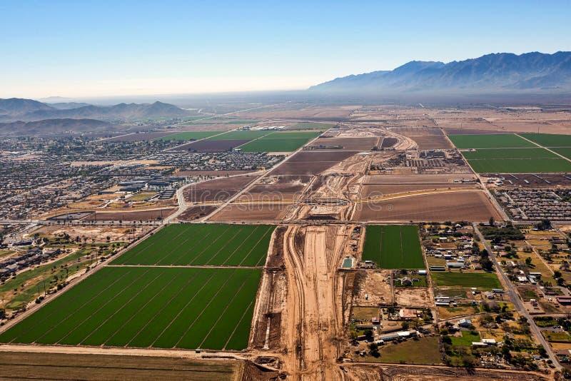 与一条高速公路的建筑的运输进展在菲尼斯,亚利桑那 免版税图库摄影