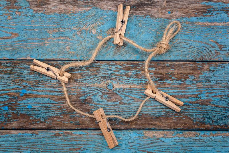 Download 与一条绳索的晒衣夹在蓝色木板 库存照片. 图片 包括有 硬木, 靠山, 夹子, 抽象, 绳索, 会议室, 国内 - 72354986