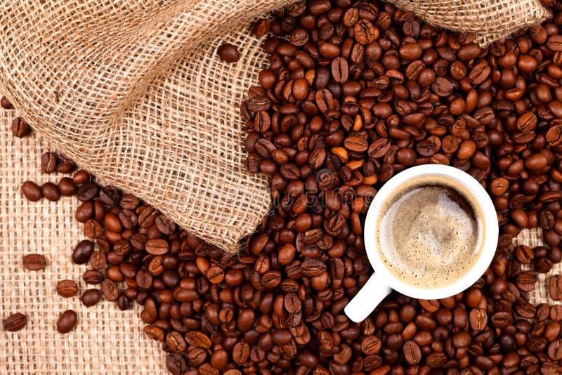 与一杯咖啡的咖啡豆 免版税图库摄影