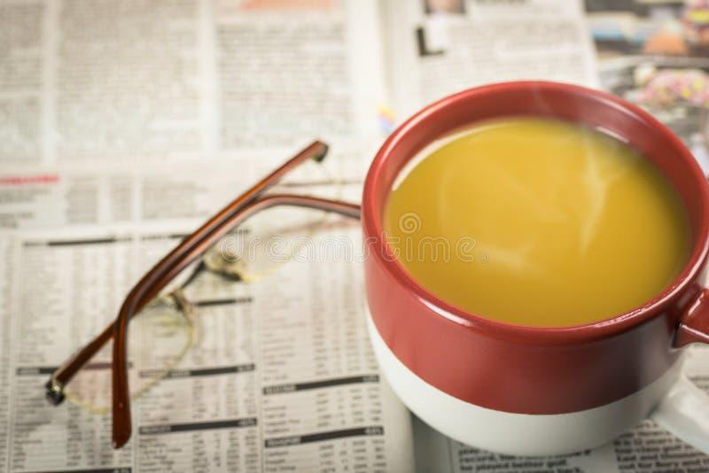 与一杯咖啡的报纸 免版税库存照片