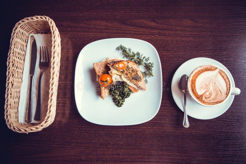 与一杯咖啡的早餐三明治 免版税库存图片