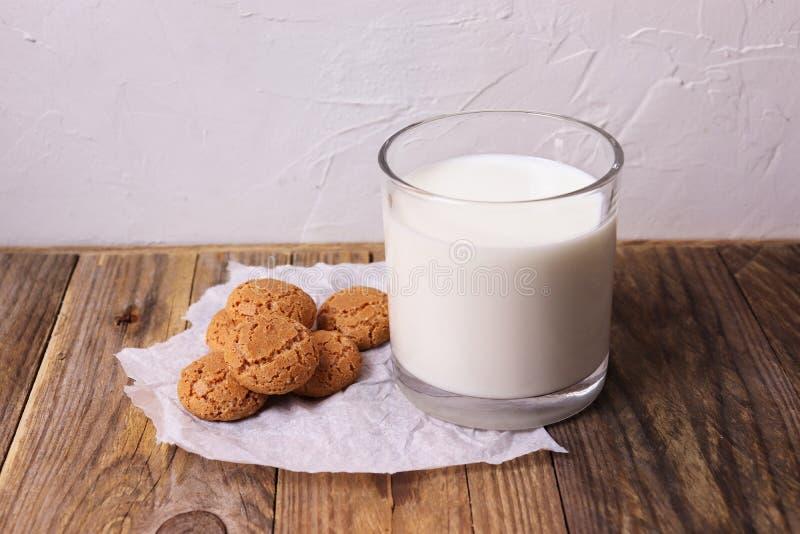与一杯的意大利饼干amaretti牛奶 免版税库存照片