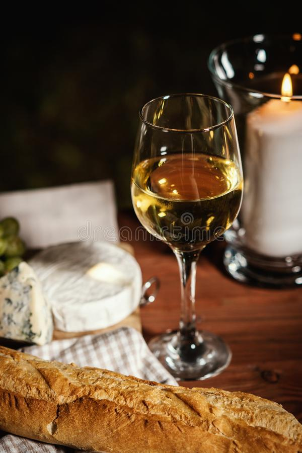 与一杯的浪漫晚餐酒和快餐在一张老木桌上 库存图片