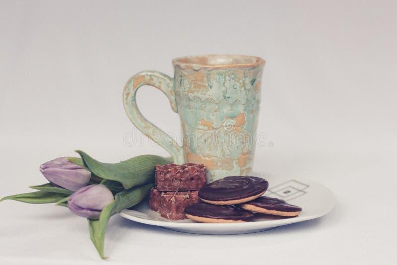 与一杯茶的早晨和曲奇饼 免版税库存图片