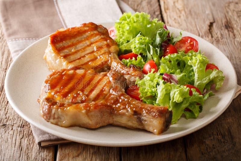 与一根骨头的烤猪肉牛排在甜蜂蜜釉和sala 免版税库存图片