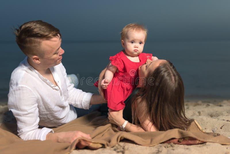 与一点女儿的年轻家庭 免版税库存照片