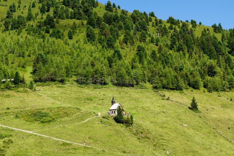 与一点教会的田园诗山风景在阿尔卑斯 奥地利, Zillertal公路,提洛尔 图库摄影