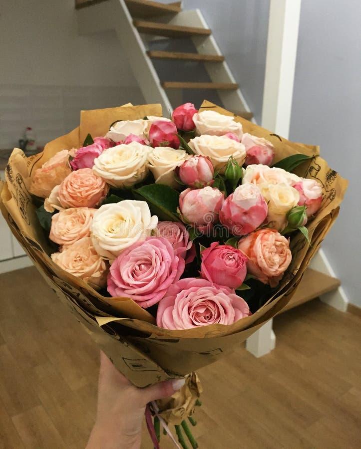 与一点桃红色玫瑰色花的花束在房子里 库存照片