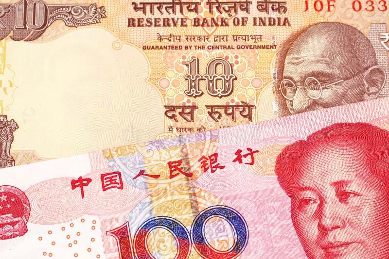 与一百中国元的十印度卢比 免版税库存图片