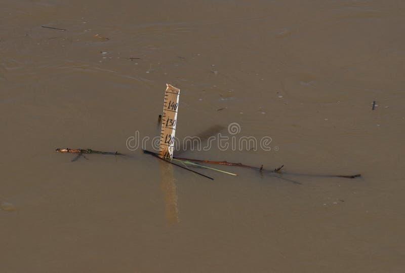 与一简单的tehnology的一个巧妙方式对measurere在洪水的水平面 库存图片