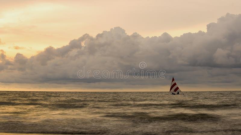与一艘小的帆船的海景 免版税库存照片