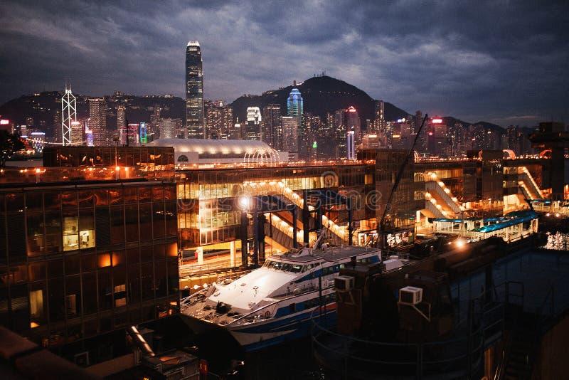 与一艘船的海洋驻地在夜城市和水的背景中 香港 免版税库存图片