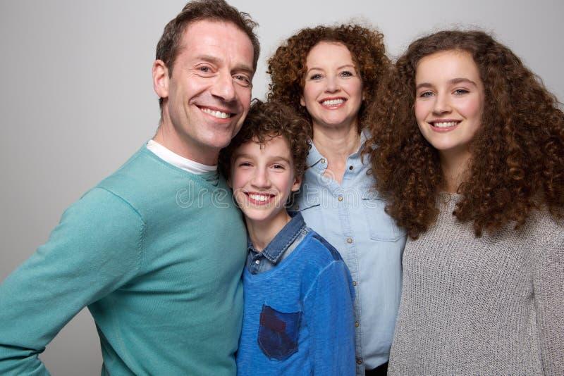 家庭成人_与一起微笑的儿子和的女儿的愉快的家庭