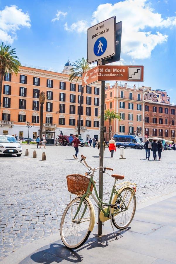 与一辆减速火箭的被称呼的女性自行车的步行区域路牌停放了得下 走的唱腔在罗马市中心 库存图片