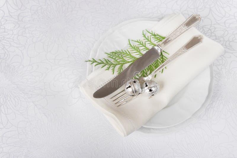 Download 与丁当和绿色枝杈的圣诞节桌 库存图片. 图片 包括有 空间, 刀子, 银器, 叉子, 碗筷, 午餐, 服务 - 62535981