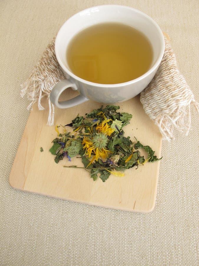 与万寿菊和矢车菊的清凉茶 免版税库存图片