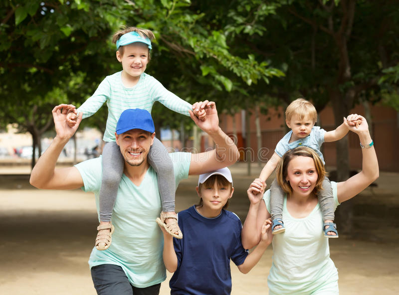 与三个孩子的微笑的家庭 库存图片