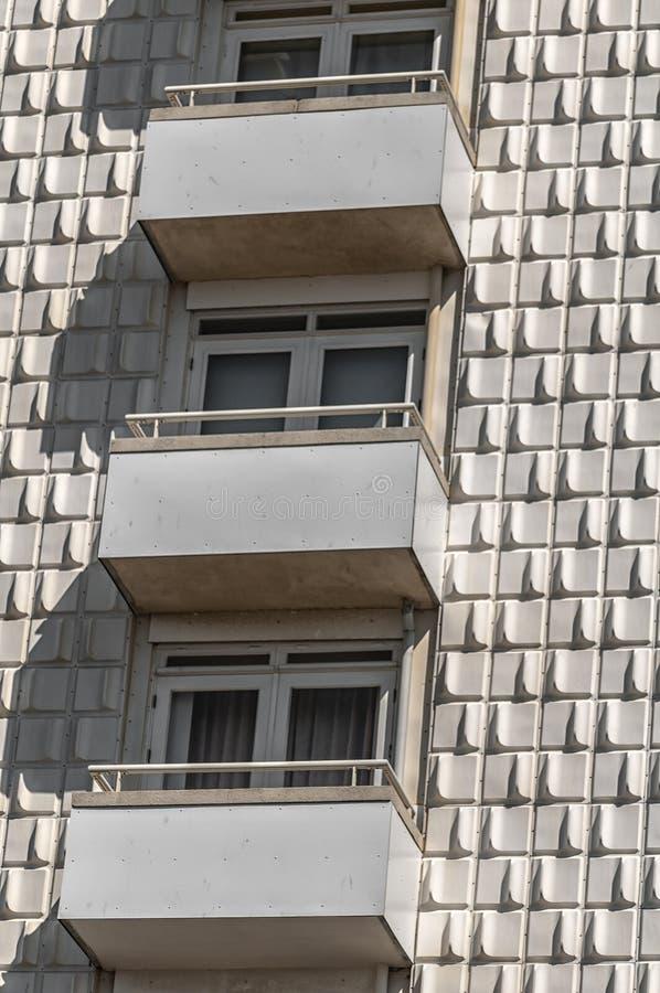 与三个阳台的公寓楼 免版税库存图片