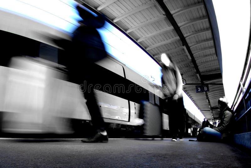 与三人的火车站 库存照片