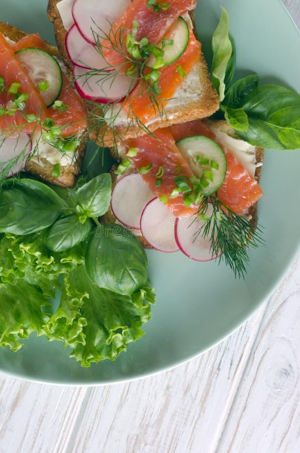 与三文鱼、沙拉叶子和蓬蒿的三明治 库存图片