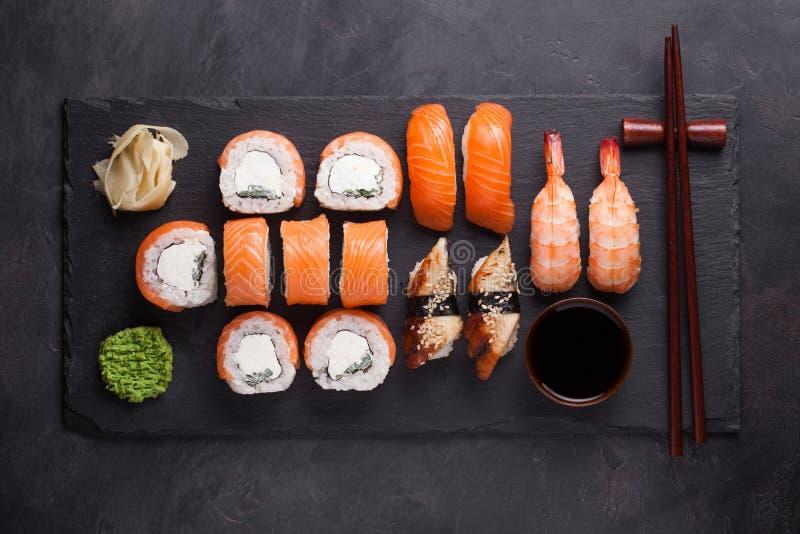 与三文鱼、虾、鳗鱼和寿司卷费城的寿司集合生鱼片在石板岩服务 顶视图 图库摄影