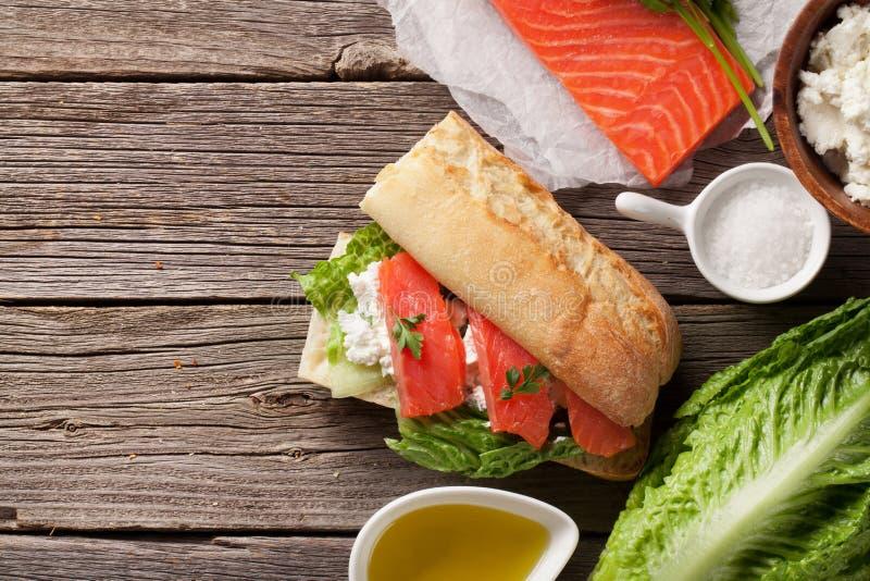 与三文鱼和乳酪的三明治 免版税库存图片