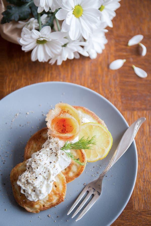 与三文鱼和奶油的俄式薄煎饼 库存图片