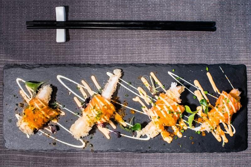 与三文鱼和鱼子酱,日本食物的油煎的虾 免版税库存照片