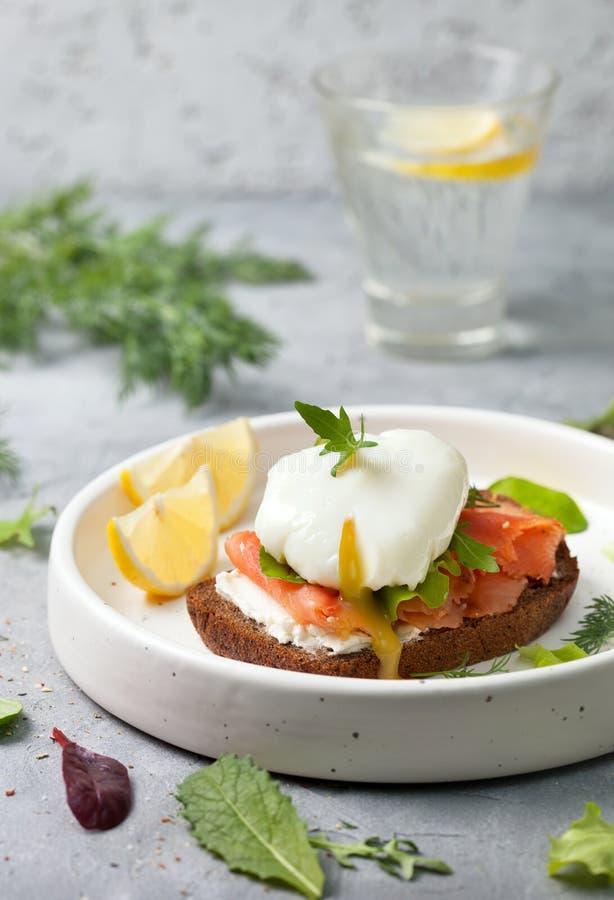 与三文鱼和鸡蛋的三明治 免版税库存照片