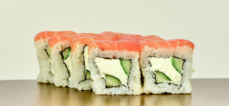 与三文鱼的传统日本寿司卷费城 免版税库存照片