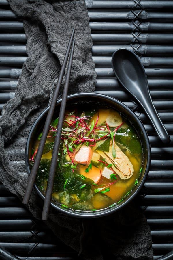 与三文鱼的可口大酱汤在黑碗 免版税库存图片