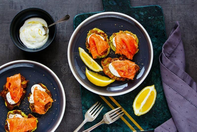 与三文鱼的夏南瓜油炸馅饼 图库摄影