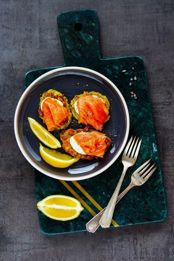 与三文鱼的夏南瓜油炸馅饼 库存照片