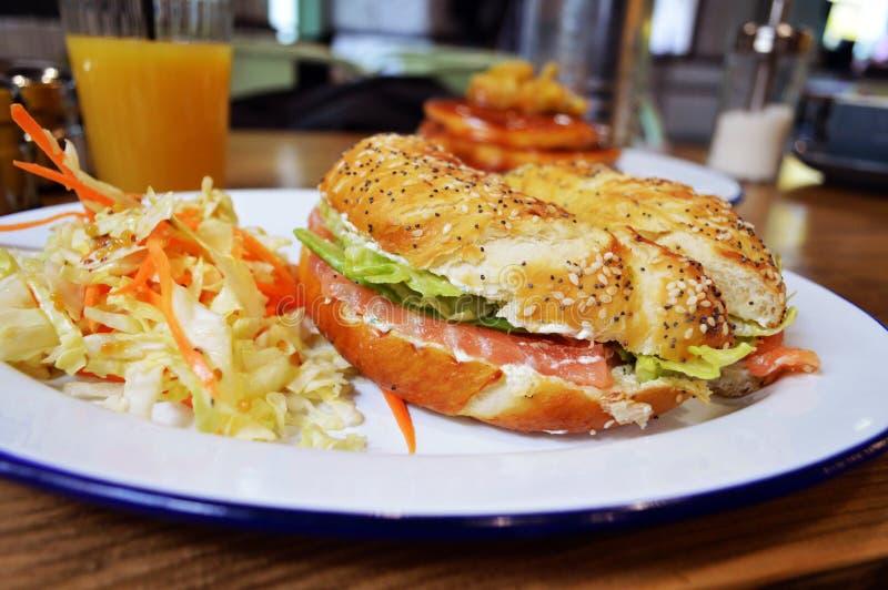 与三文鱼的开胃百吉卷早餐 免版税库存图片