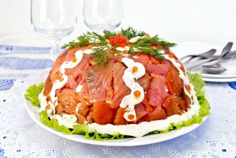 与三文鱼的沙拉在桌布的板材 免版税库存照片