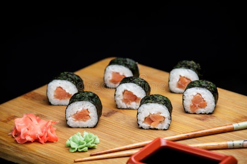 与三文鱼的经典寿司卷 图库摄影