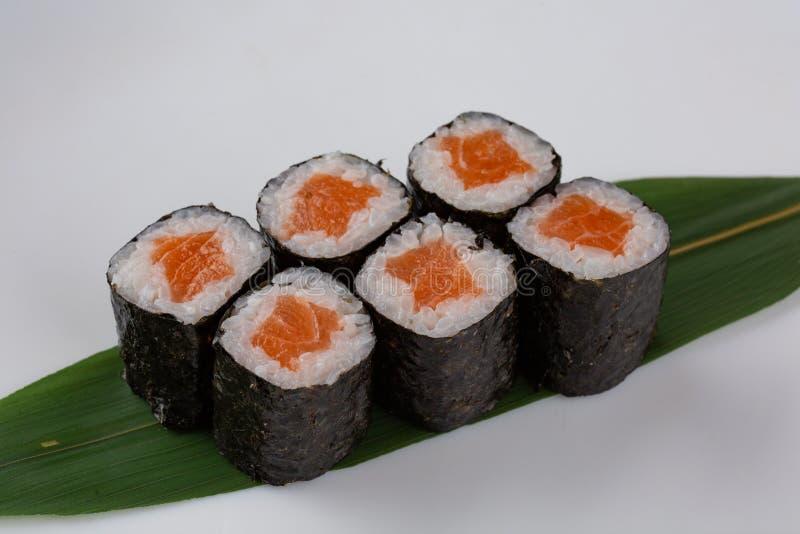 与三文鱼的缘故maki日本寿司卷在白色背景 免版税库存图片