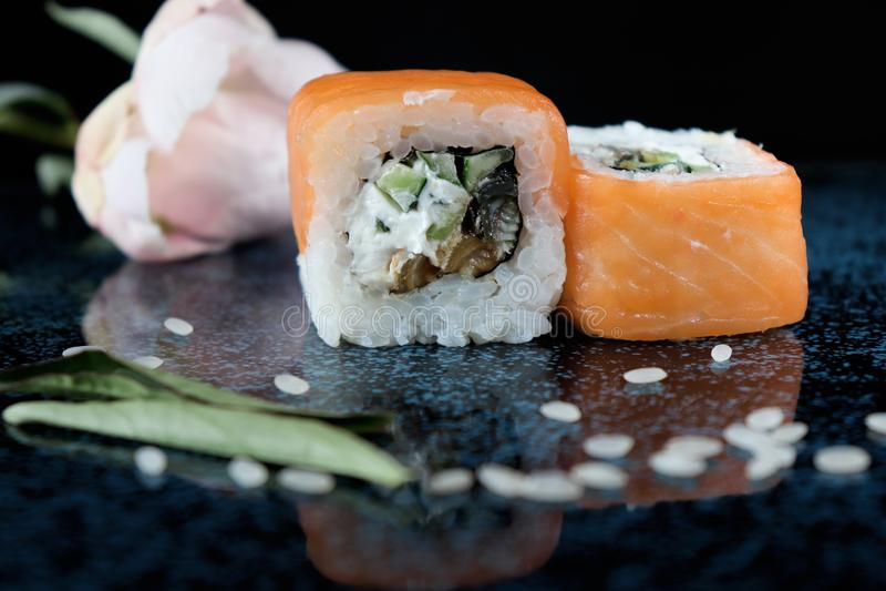 与三文鱼的美丽的寿司 日本食物 免版税库存图片