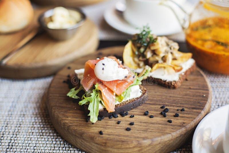 与三文鱼鱼和鸡蛋的丹麦smorrebrod三明治 图库摄影