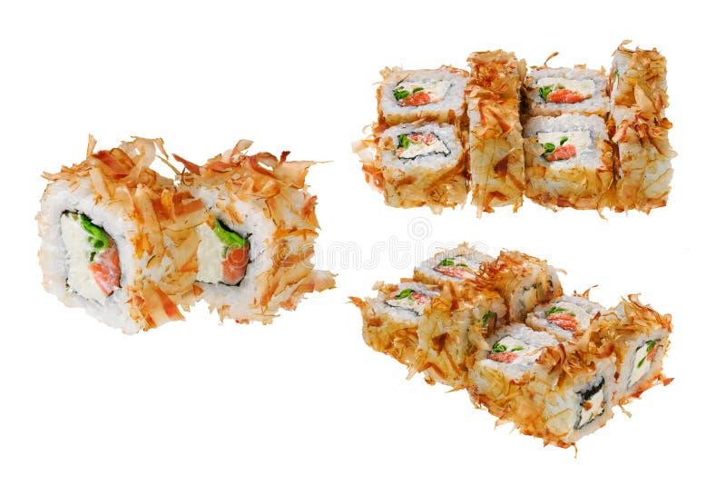 与三文鱼,乳酪、大葱和金枪鱼削片的寿司卷 背景查出的白色 库存照片