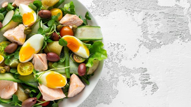 与三文鱼,五颜六色的甜樱桃蕃茄,橄榄,青豆,黄瓜丝带的健康nicoise