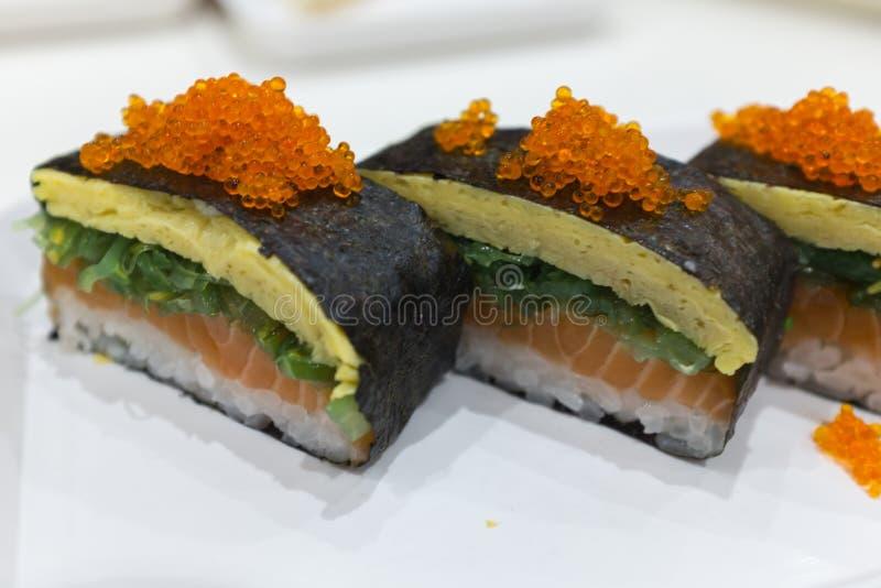 与三文鱼tamago和tobiko的日本maki 免版税库存图片