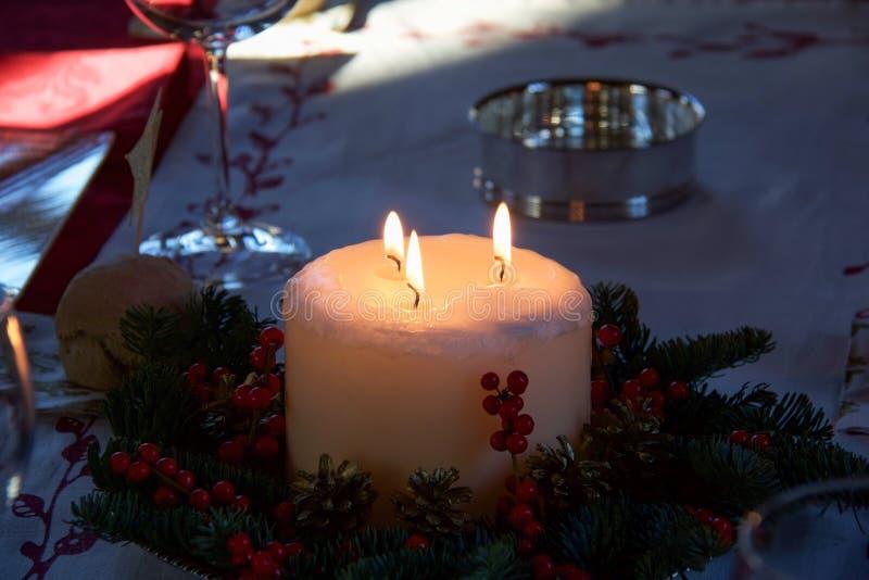 与三火焰的圣诞节蜡烛当桌装饰 库存图片