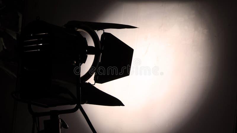 与三脚架的大演播室照明设备录影生产的 库存照片