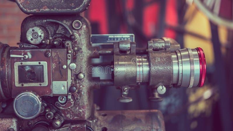 与三脚架立场的老古色古香的摄象机 库存照片