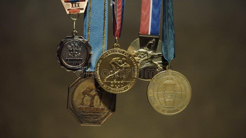 与三色丝带特写镜头的许多金牌 第一个地方的奖牌在柔道的竞争中 a的许多奖牌 免版税库存照片