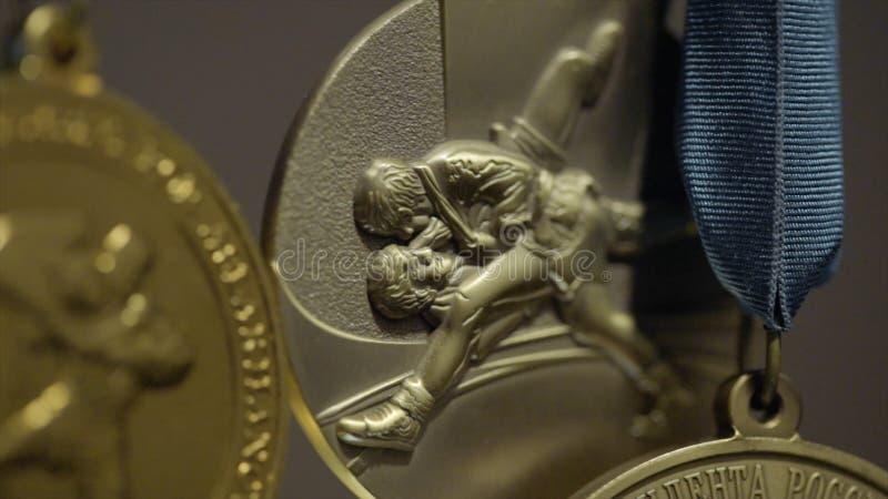 与三色丝带特写镜头的许多金牌 第一个地方的奖牌在柔道的竞争中 a的许多奖牌 库存照片